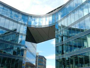 budynek ze stylowymi mocowaniami szklanymi